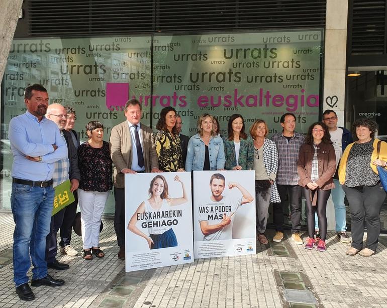 Junto a representantes institucionales y del mundo de los euskaltegis, en la rueda de prensa ha tomado la palabra la alumna Joyse Vitorino de Medeiros.