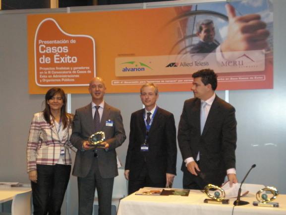Xabier Sabalza, vicepresidente ejecutivo de METAPOSTA y director de Sociedad de la Información del Gobierno Vasco recoge el premio SITIasLAN.