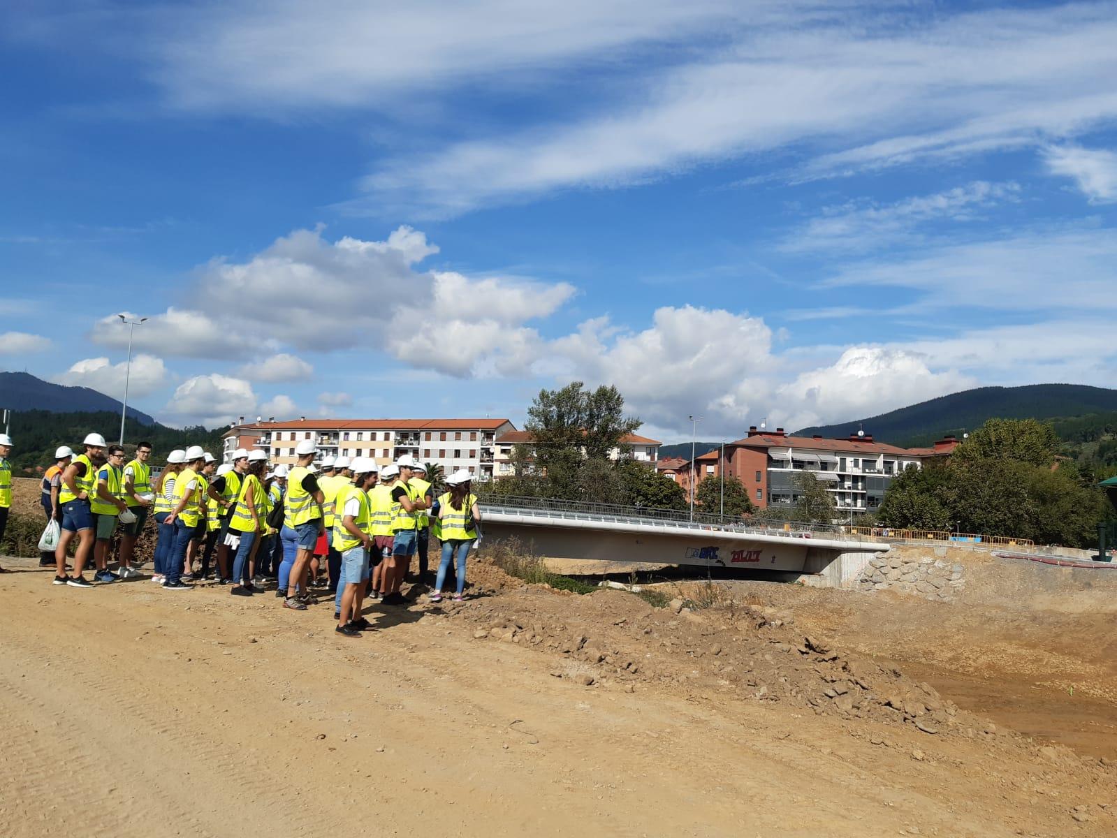 Estudiantes_de_Ingenier_a_Civil_de_la_UPV_frente_al_nuevo_brazo_del_Cadagua.2jpg.jpg