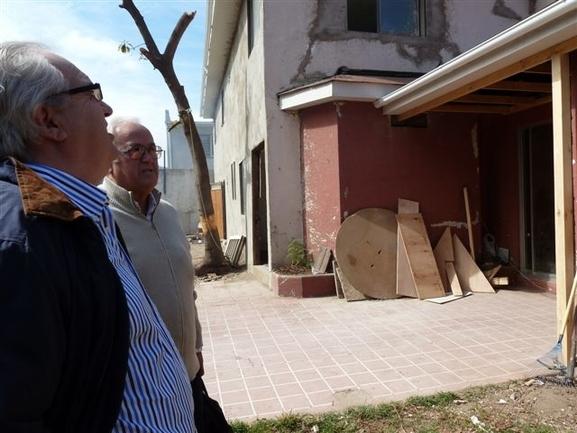 El presidente del centro vasco Archivaldo Uriarte explicando las obras de la nueva sede