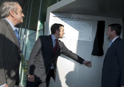 El Lehendakari, descubre la placa conmemorativa en el edificio Zaisa en Irún