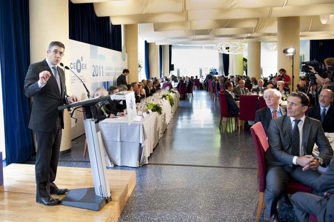 El Lehendakari, Patxi López, en un momento de su intervención ante los empresarios vascos, hoy, en el Palacio Euskalduna de Bilbao