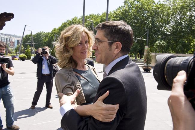 El Lehendakari, Patxi López, saluda a la Ministra de Ciencia e Innovación, Cristina Garmendia