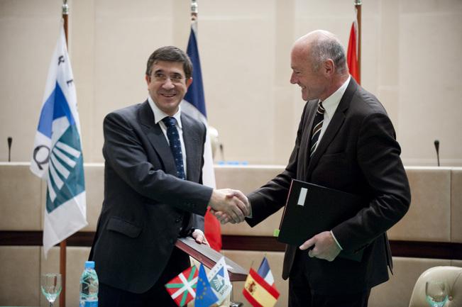 El lehendakari y el presidente de Aquitania durante la cumbre de Burdeos 2009