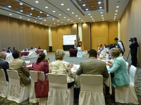La directora de Gobierno Abierto y Comunicación en Internet, Nagore de los Ríos, exponiendo los criterios y objetivo del open government en Euskadi a los parlamentarios mexicanos