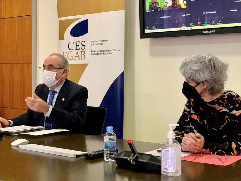 El consejero Iñaki Arriola y la presidenta del CES Emilia Málaga