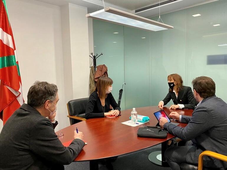 La Vicelehendakari con los representantes de la UPV-EHU