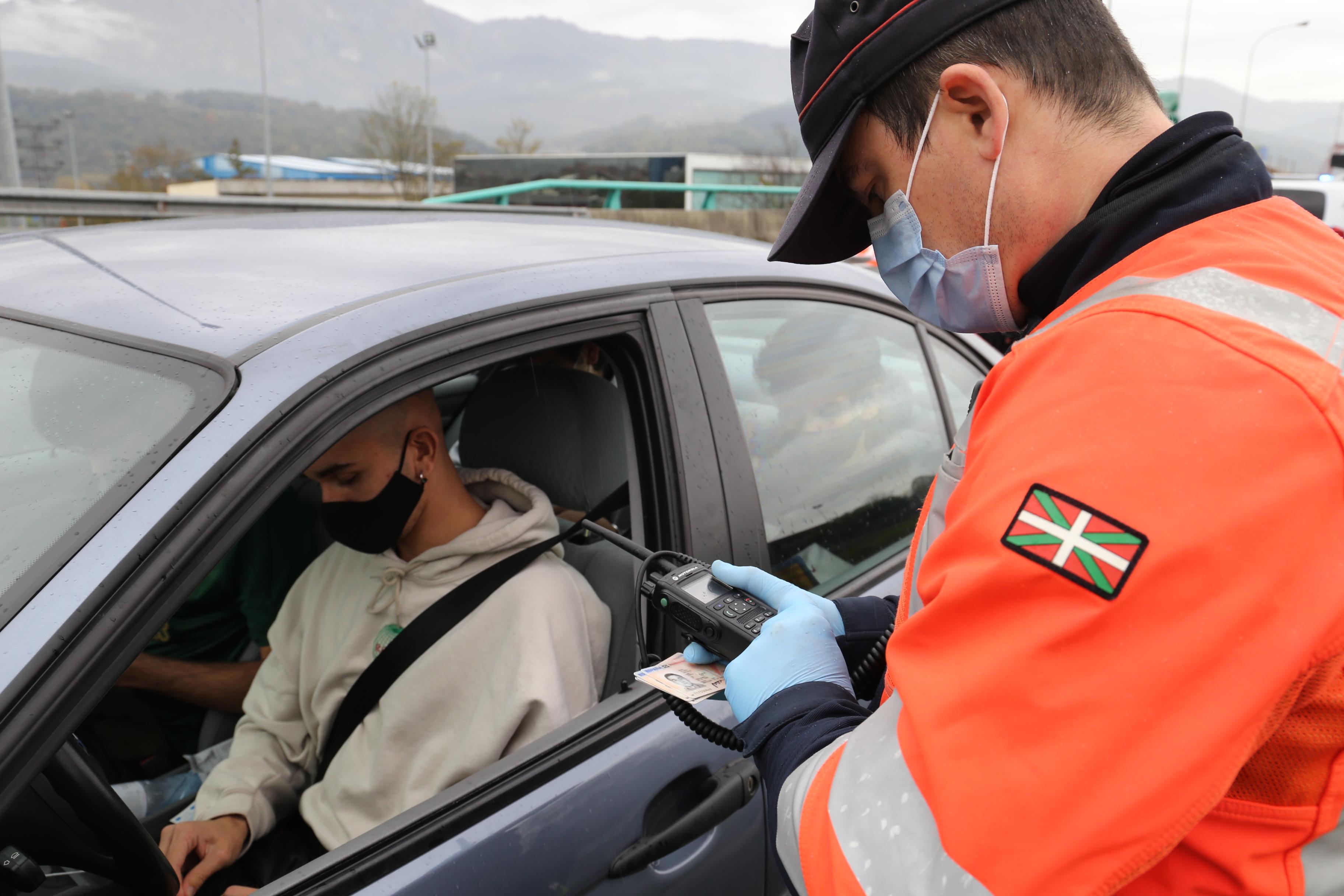 Ertzaintza y policías locales vigilarán, a partir de mañana, el uso del cinturón y de los sistemas de retención infantil en Euskadi