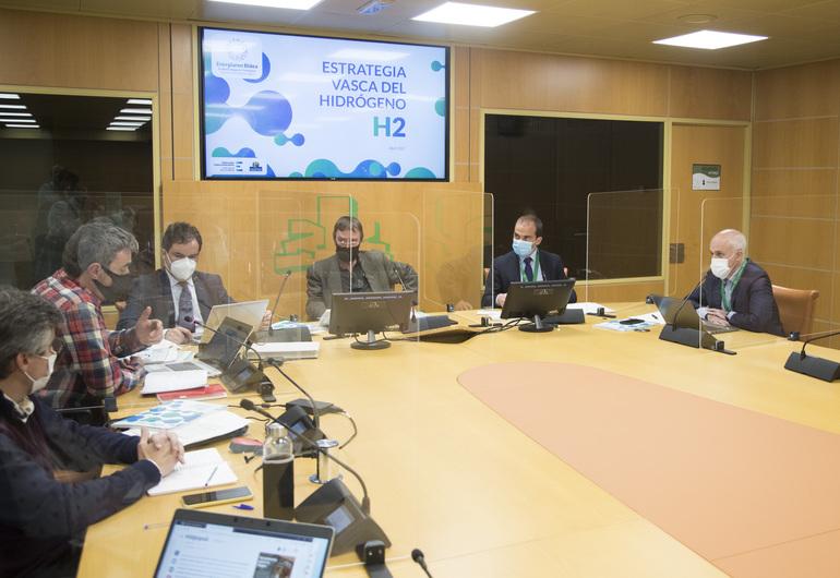 Delegación del Ente Vasco de la Energía a su llegada al Parlamento Vasco. Vitoria-Gasteiz