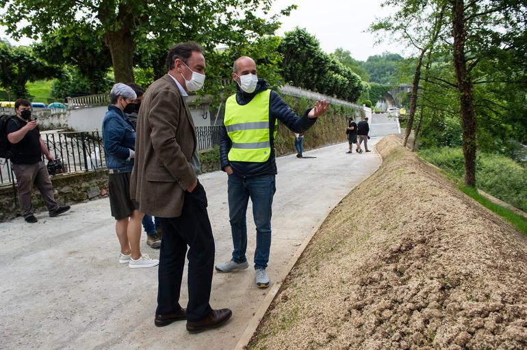 Antonio Aiz, director general de URA, y Mari Jose Izagirre, concejala de Servicios del Ayuntamiento de Andoain visitan los trabajos del paseo fluvia