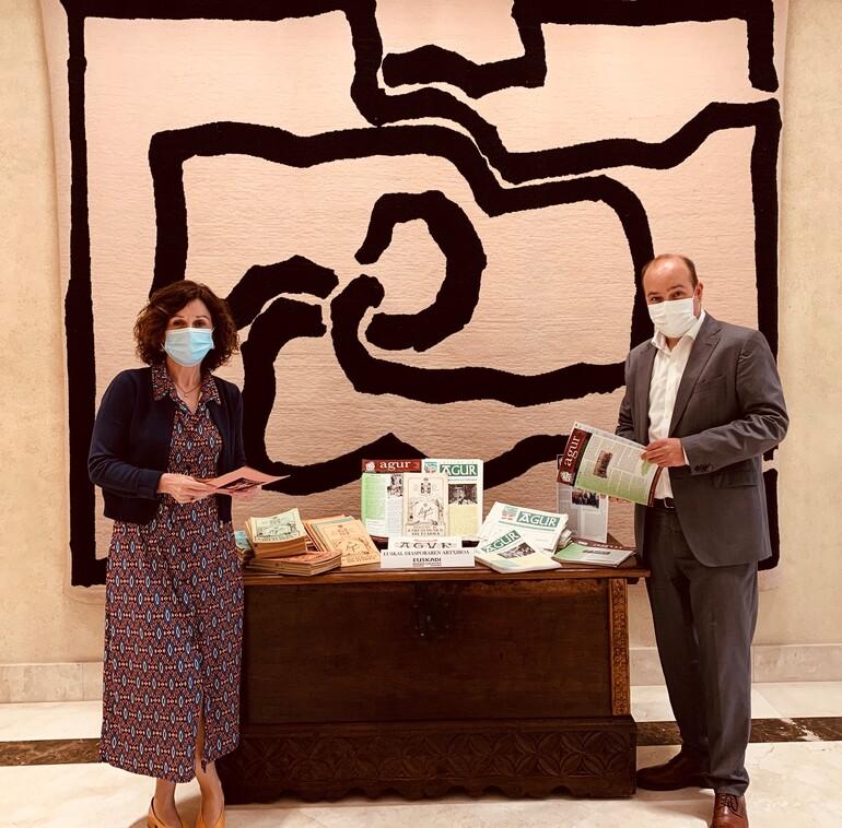Sur la photo, la Secrétaire Générale pour l'Action Extérieure, Marian Elorza, et le Directeur pour la Communauté basque à l'Extérieur, Gorka Álvarez Aranburu, avec la donation.