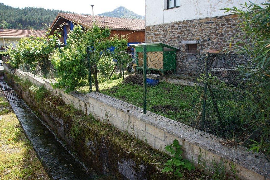 Zabalera_eskaseko_hormigoizko_ubidea._Canal_de_hormigon_del_arroyo_con_seccion_insuficiente.jpg