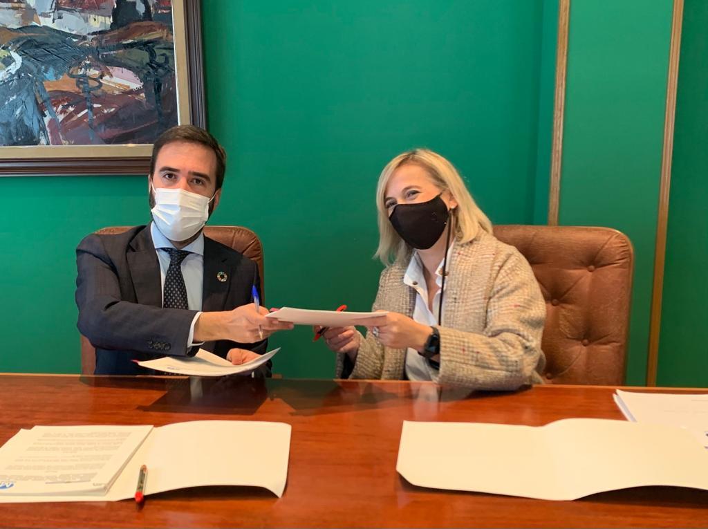 El Consejero Javier Hurtado y la alcaldesa de Muskiz firman el convenio para impulsar la Vía Verde Itsaslur