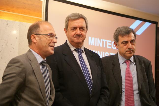 De izquierda a derecha, Ignacio Alday, director de Patrimonio y Contratación, Carlos Aguirre, consejero de Economía y Hacienda y Patxi Elola, jefe de servicio de Contratación del Gobierno Vasco